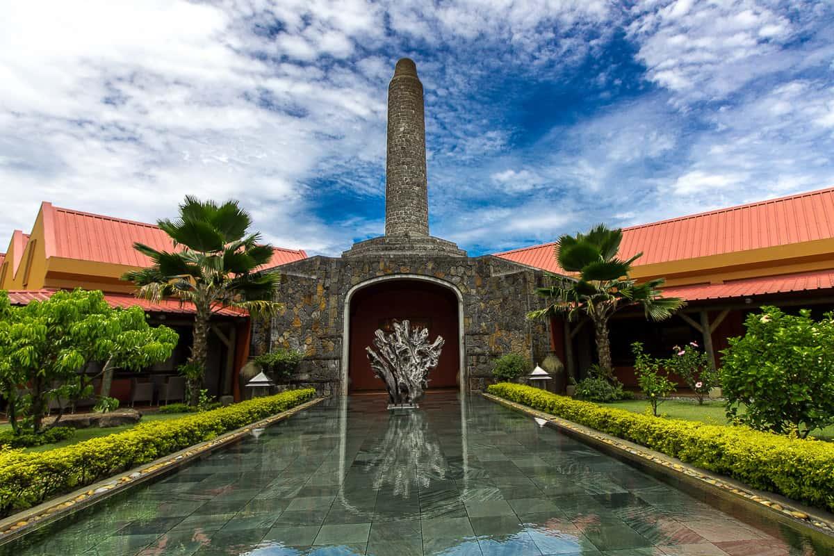 schönes Steinbassin in der Rum Destillerie Chamarel auf Mauritius