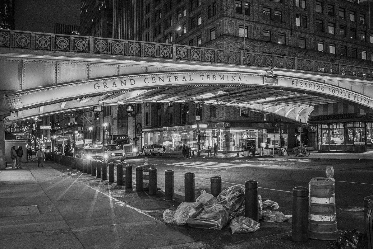 Brücke vor Grand Central in New York bei Nacht in schwarz weiß