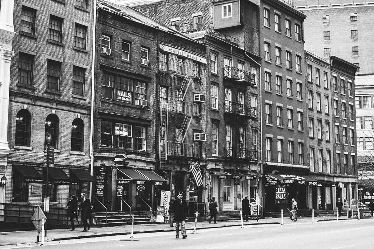 Strasse mit alten Häusern in New York, schwarz weiß Aufnaheme