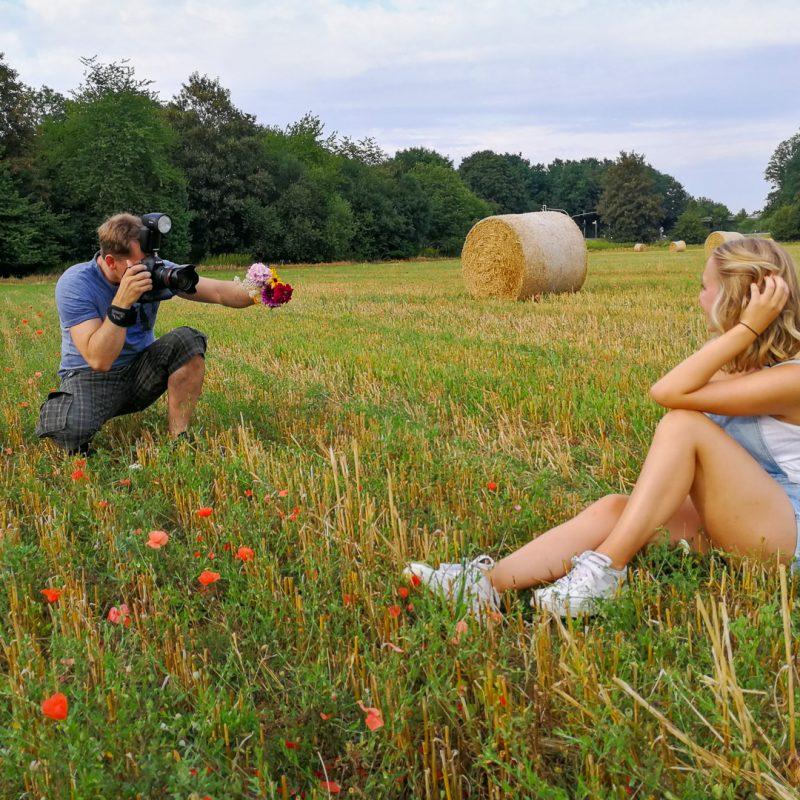 Making of: Fotograf und Model auf Feld