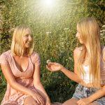 Zwei Frauen mit Blume
