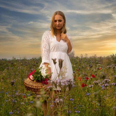 Frau mit Korb auf Blumenwiese