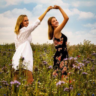 Frauen tanzen auf Blumenwiese