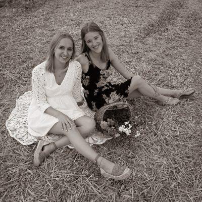 Frauen sitzen auf Feld, schwarzweiß