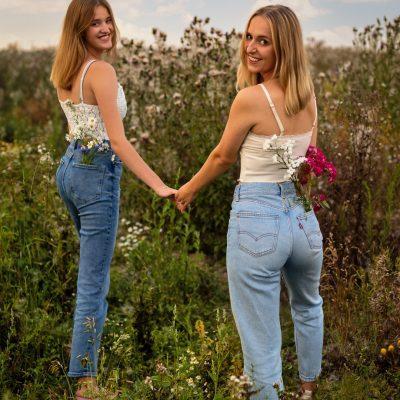 Frauen mit Blumen in den Hosentaschen im Feld