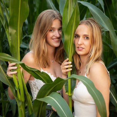 Zwei Frauen vor Maisfeld