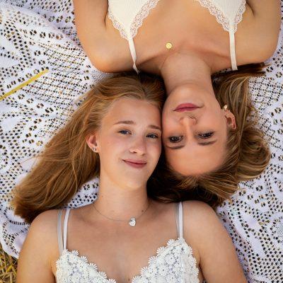 Zwei Frauen liegen auf Decke