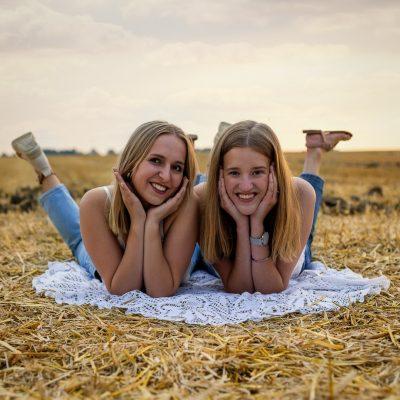 Zwei Frauen liegen auf Feld