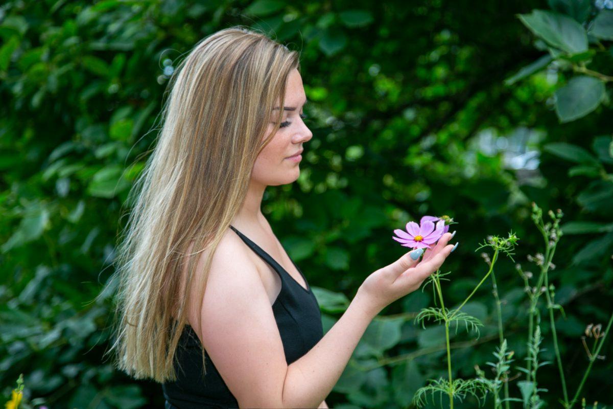 Frau in schwarzem Top mit Blume