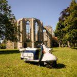 Heinkel Roller vor Ruine