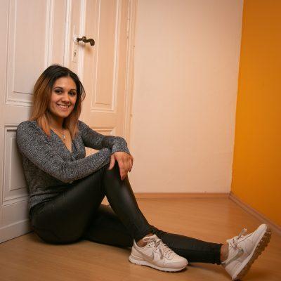 Frau sitzt vor Tür