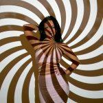 Frau mit Spiralmuster