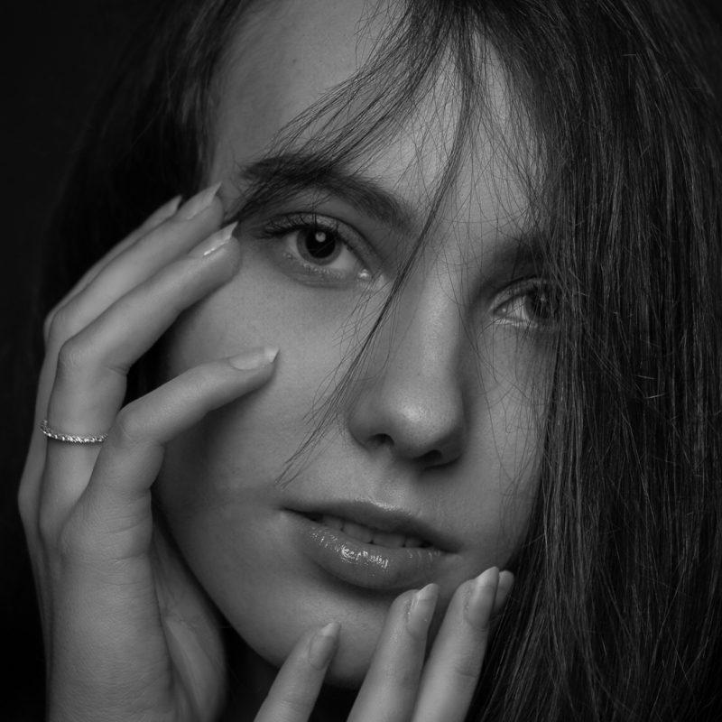 Frau mit Händen am Gesicht