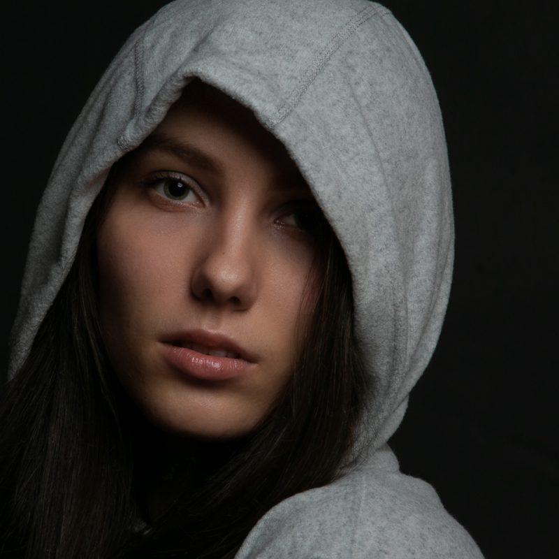 Frau mit Kapuze auf dem Kopf