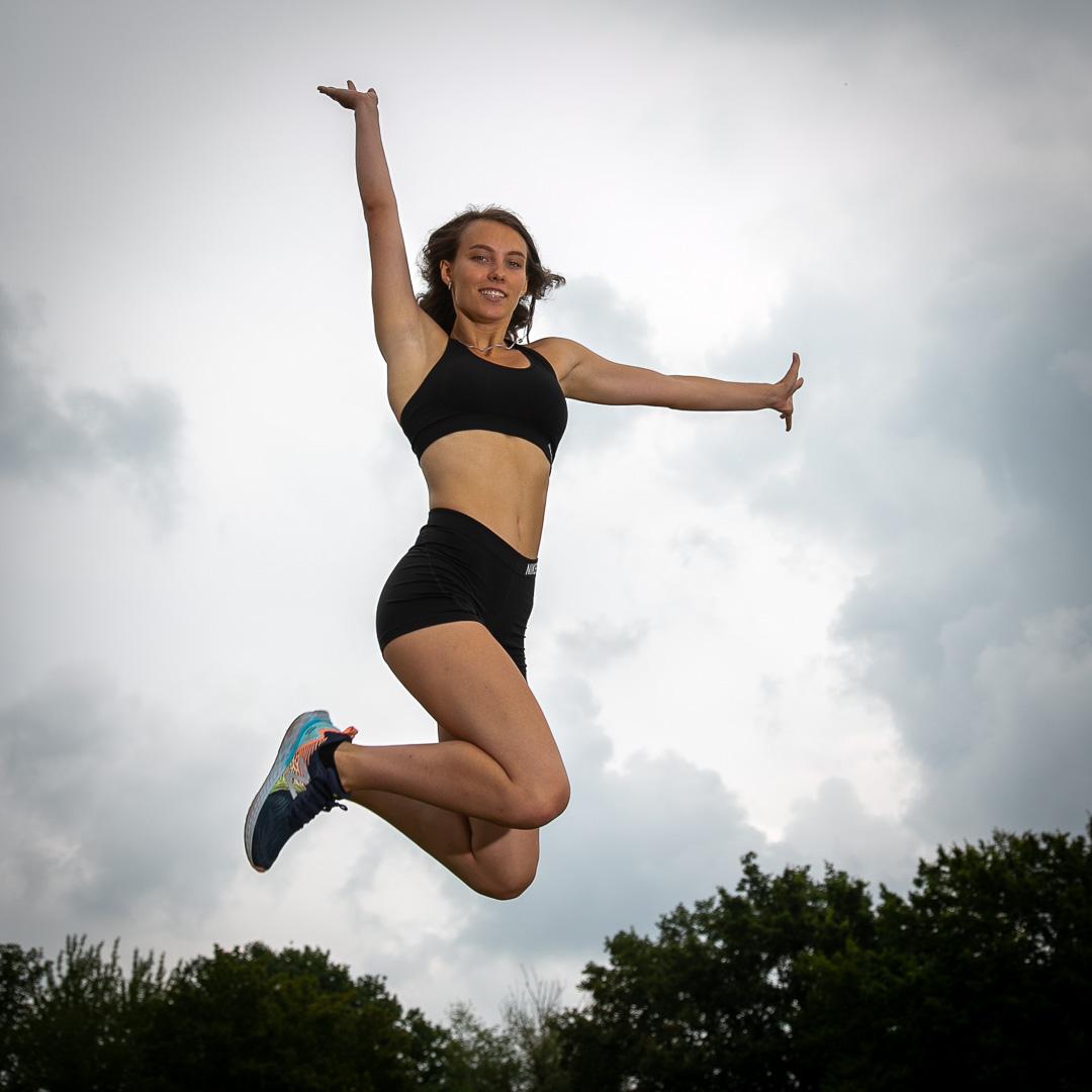 Frau springt hoch in Sportkleidung