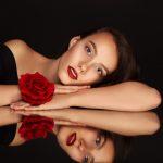 Frau mit Rose und Spiegelbild