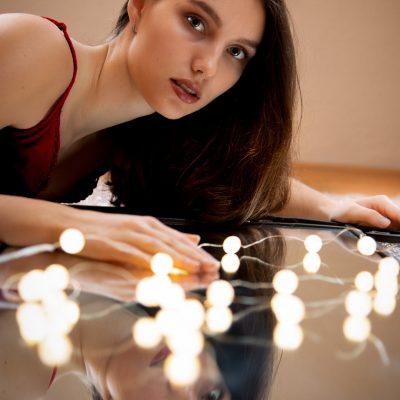 Frau mit Lichterkette und Spiegelbild