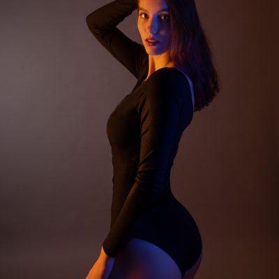 Frau in braunem Body