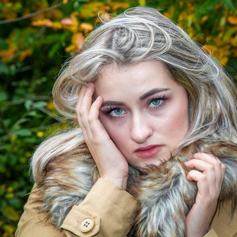 Blonde Frau vor Wald