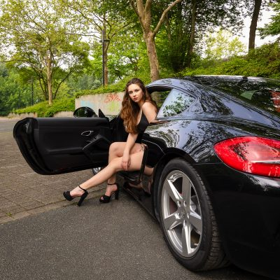 Frau steigt aus Auto
