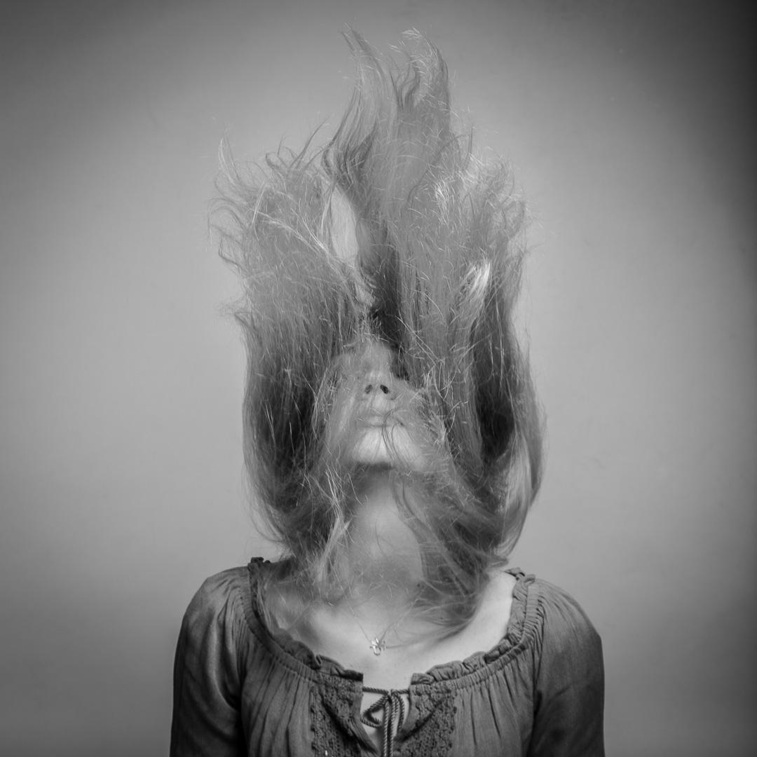 Frau schmeißt die Haare nach oben