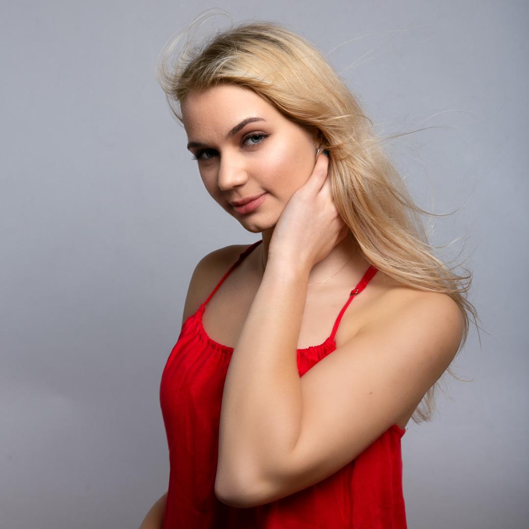 Frau in rotem Top