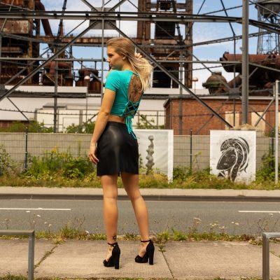 Frau vor alter Fabrik