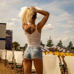 Frau in kurzer Jeans