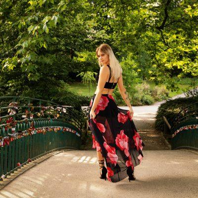 Frau auf Brücke