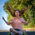 Frau mit Roller Skates wirft die Haare hoch