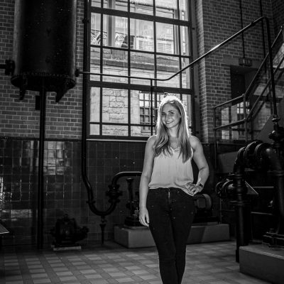 Frau in alter Fabrik