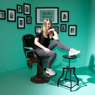 Frau auf antikem Friseur Stuhl