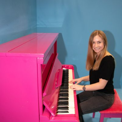 Frau an Klavier