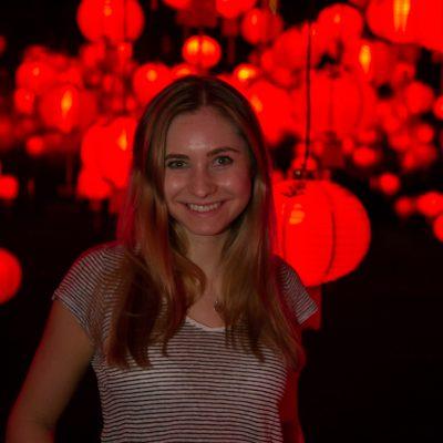Frau vor roten Lampen