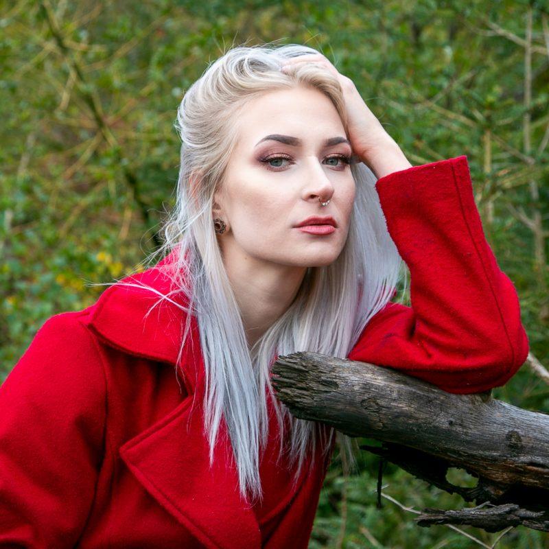 Frau mit rotem Mantel im Wald