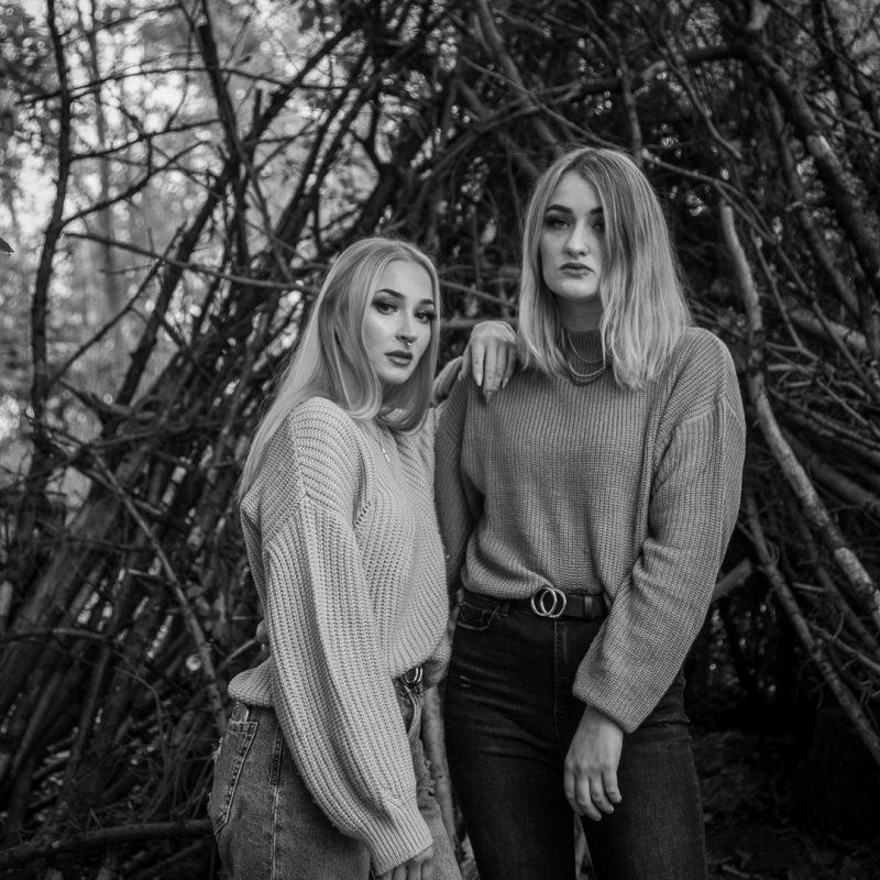 Zwei Frauen im Wald, schwarzweiß