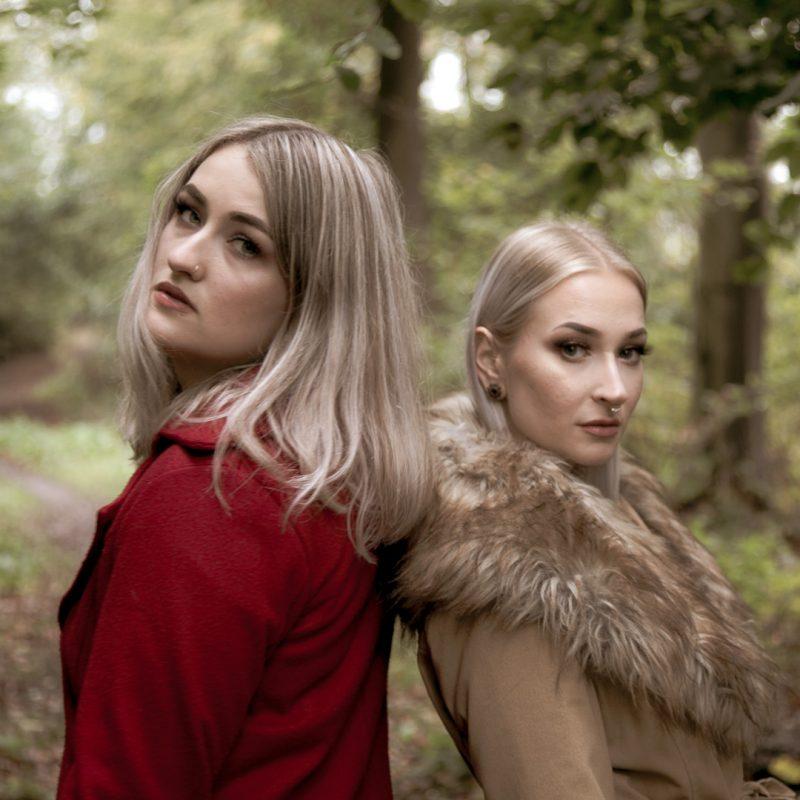 Zwei Frauen auf Waldweg
