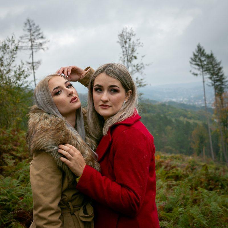 Zwei Frauen auf einer Lichtung