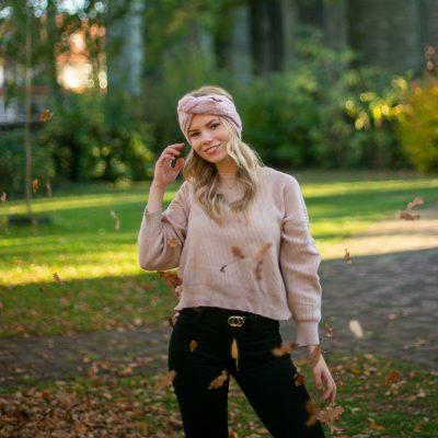 Frau mit fallenden Blättern