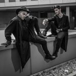 Zwei Männer in schwarzer Kleidung sitzend