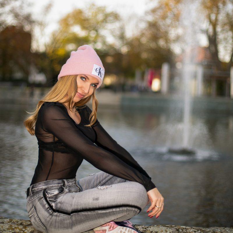 Frau vor großem Teich in Soest