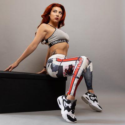 Frau in bunter Sportkleidung