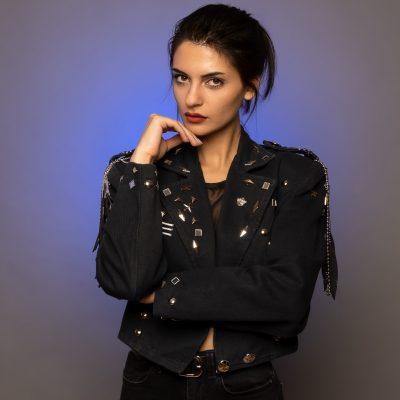 Frau in schwarzer Jacke