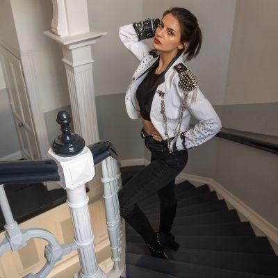 Frau steht auf Treppe