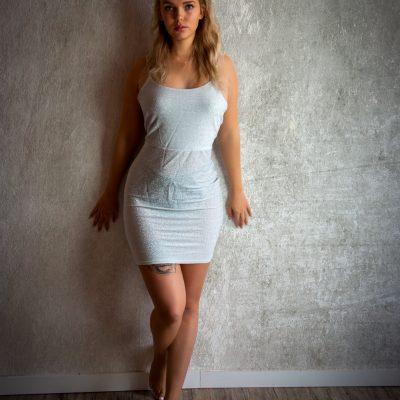 Frau steht vor Wand