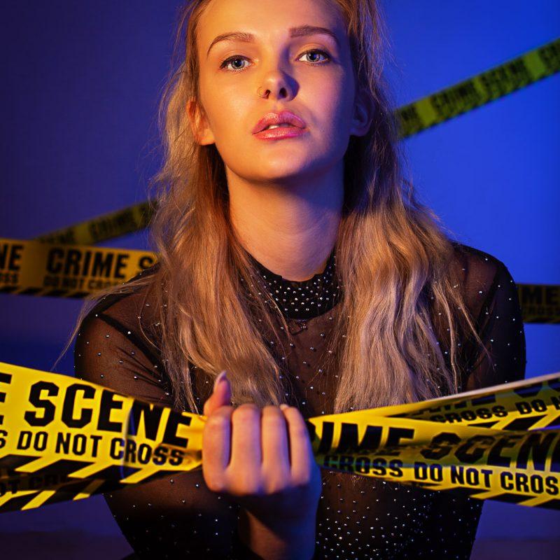 Frau hält Crime Scene Absperrband