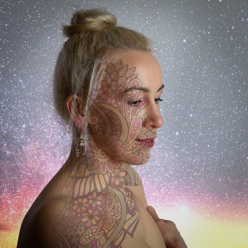 Frau mit projiziertem Blumenbild im Gesicht